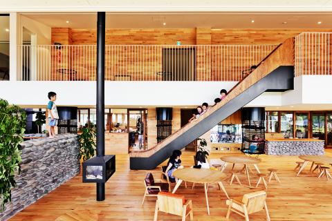 擁有暖爐、滑梯、攀岩台的樂趣餐廳 (照片:美國商業資訊)