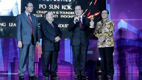 Right to Left: Mr. Akbar Tanjung as Indonesia's 3rd State Minister of Public Works and Public Housing, Mr Po Sun Kok, the winner of Top Property Leader 2019 as the Chairman of Pollux Properti Indonesia Tbk, Mr Anthony Zeidra Abidin as Executive Director of Properti Indonesia Magazine, Mr Said Mustafa as CEO of Properti Indonesia Magazine (Photo: Business Wire)