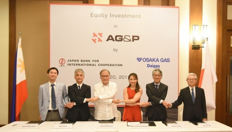 Key representatives from AG&P, Osaka Gas, and Japan Bank for International Cooperation, sign the equity investment agreement in Manila Philippines. Present during the signing ceremony are (from L-R): Mr. Takahito Marushima, Director, Division 1, Equity Investment Department, Equity Finance Group, JBIC; Mr. Shinji Fujino, Managing Executive Officer, Global Head of Equity Finance Group, JBIC; Dr. Jose P. Leviste Jr., Chairman, AG&P; Atty. Marie Antonette Quiogue, Legal Counsel, AG&P; Mr Tetsuji Yoneda, President & CEO, Osaka Gas Singapore; and Mr. Kei Takeuchi, Senior Executive Officer, Osaka Gas. (Photo: Business Wire)