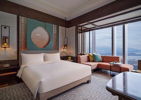 King guestroom with skyline view at Park Hyatt Shenzhen (Photo: Business Wire)