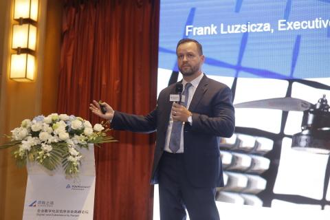 TÜV莱茵数字化与信息安全全球执行副总裁Frank Luzsicza在现场揭晓白皮书的主要内容。 (照片:美国商业资讯)