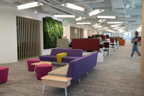庫克醫療慶祝其香港分公司榮獲其香港公司獲得國際WELL 建築研究院ä IWBI)授予的WELL 銀級認證,以肯定建築設計對改進員工身心健康的貢獻。