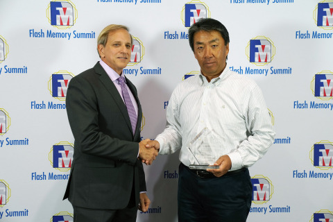 Hiroo Ota, technology executive for Toshiba Memory Corporation, receives a 'Best of Show' award from Flash Memory Summit for XFMEXPRESS™ – a new industry form factor for PCIe/NVMe devices. (Photo: Business Wire)
