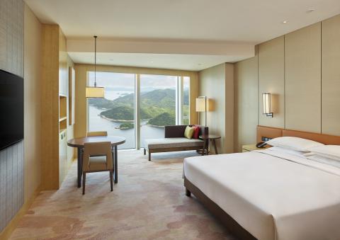 King guestroom at Hyatt Regency Shenzhen Yantian. (Photo: Business Wire)