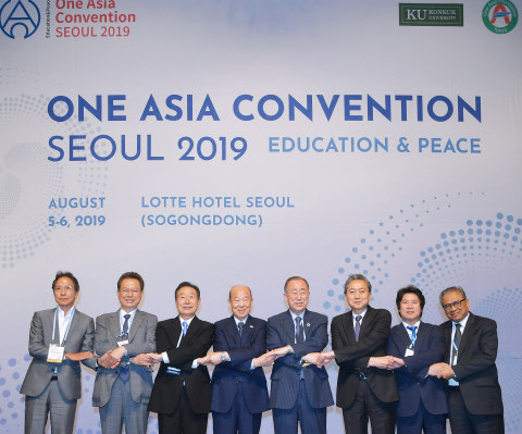 One Asia Convention Seoul 2019, organized by Konkuk University and the One Asia Foundation and sponsored by the Seoul City, was held at Lotte Hotel Seoul on August 5th to 6th. More than 650 scholars from 325 universities in 32 Asian countries and 250 professors from 90 universities in Korea participated the convention to discuss how education can contribute to peace under the theme of 'Education and Peace' and empathized with Asian communities that living together without state and ethnic discrimination. From left: Sang-Jung Kang, an Honorary Professor of University of Tokyo, Namsoo Seo, Former Minister of Education, Yoji Sato, Chairman of One Asia Foundation, Kyungseo Park, Chairman of Korean Red Cross, Ban Ki-moon, Former UN Secretary General, Yukio Hatoyama, Former Japanese Prime Minister, Sanggi Min, President of Konkuk University, Sunaryo Kartadinata, Former President of Indonesian University of Education at One Asia Convention Seoul 2019. (Photo: Business Wire)