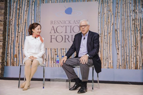 Ctrip CEO Jane Sun (left), in conversation with Co-Chairman of The Carlyle Group, David Rubenstein (Photo: Business Wire)