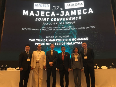 The left end: Jun Takagi, CEO of NIPPON Platform; The second from the left: Mr. Ganesh Bangah, Chairman, The National ICT Association of Malaysia (PIKOM); The third from the left: Mr. Kazuto Sasaki, Secretary General of Japan-Malaysia Economic Association (JAMECA); The fourth from the left: Mr. YBhg Datuk Seri Mohamed Iqbal, Vice-President of Malaysia-Japan Economic Association (MAJECA); The fifth from the left: Ms. Dato' Ng Wan Peng, Chief Operating Officer, Malaysia Digital Economy Corporation (MDEC) Sdn Bhd; The right end: Mr. Cheah Kok Hoong, Group Chief Executive Officer/ Director, Hitachi Sunway Information Systems Sdn Bhd (Photo: Business Wire)