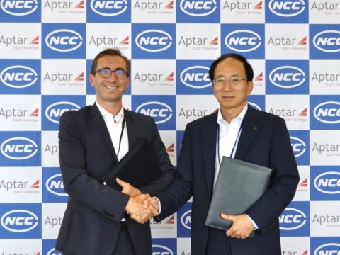 アプターの食品・飲料事業プレジデントのMarc Prieurと日本クロージャーの中嶋寿社長(写真:NCCおよびアプター)