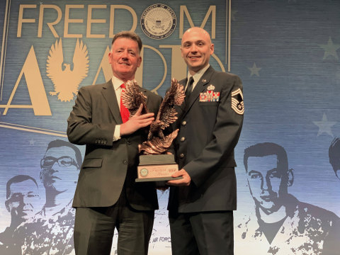 Eversource Chairman, President and CEO Jim Judge and control room supervisor Bill Gelinas accept the Freedom Award at a ceremony at the U.S. Pentagon in Washington, D.C. (Photo: Business Wire)