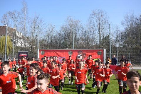 Spiel und Spaß beim FC Bayern Kids Club Fußball-Camp in Linz im Frühjahr 2019 Copyright: FC Bayern Kids Club (Photo: Business Wire)