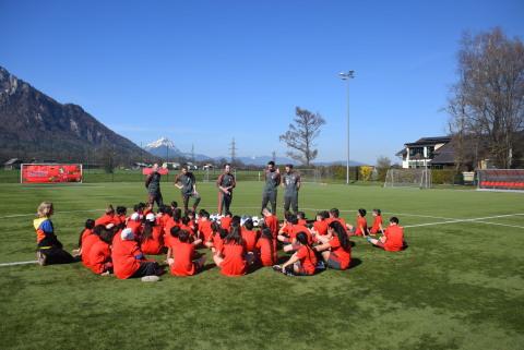 Teilnehmer/innen und Trainer am FC Bayern Kids Club Fußball-Camp in Salzburg im Frühjahr 2019 Copyright: FC Bayern Kids Club (Photo: Business Wire)