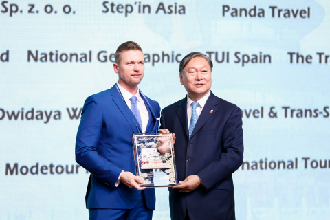 Dong Chen (right), Party Secretary of Beijing Bureau of Culture and Tourism, gives an award to RANDALL DEER, founder and managing director of IGNITE TRAVEL of Australia. (Photo: Business Wire)