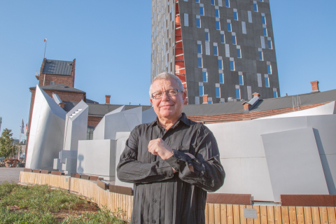 Daniel Libeskind and the model of Tampere Deck and Arena. (Photo: Business Wire)