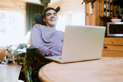Comcast partners with the American Association of People with Disabilities to help close the digital divide. (Photo: Business Wire)