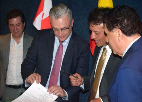 Vinzan International CEO, Brian Armstrong & Vinzan Colombia CEO, Jairo Moreno (Photo: Business Wire)