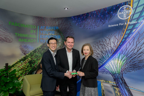 From left to right: Dr. Bernard Ng, Head of Medical & Clinical Affairs, Bayer Consumer Health, Ernst Coppens, Managing Director and Chief Financial Officer, Bayer ASEAN, Dr. Mylea Charvat, CEO & Founder, Savonix. (Photo: Business Wire)
