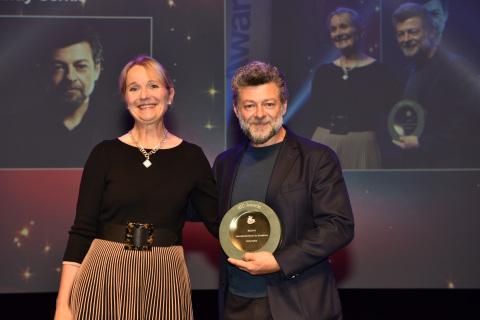 「卓越國際榮譽獎」頒發給演員、導演兼製片人安迪·瑟克斯(照片:美國商業資訊)