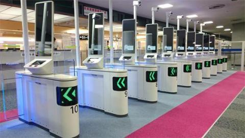 位於成田機場第一航廈(南翼)入境檢查區的松下自動臉部辨識門(照片:美國商業資訊)