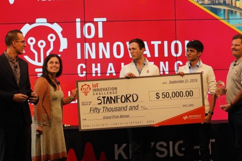 Daniel Bogdanoff (far left), Keysight Master of Ceremonies, and Marie Hattar, Keysight CMO (second left), present Max Holiday and Anand Lalwani (far right) of Stanford with the Grand Prize in the Keysight IoT Innovation Challenge. (Photo: Business Wire)