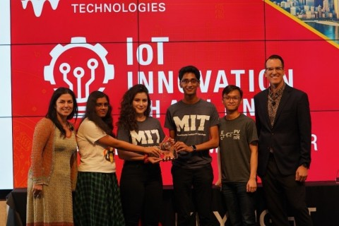 From left, Marie Hattar, Keysight CMO, with students from the Massachusetts Institute of Technology who won the Special Prize, The Keysight Diversity in Tech Award for their Smart Land entry, berrySmart, and Daniel Bogdanoff, master of ceremonies for Keysight. (Photo: Business Wire)