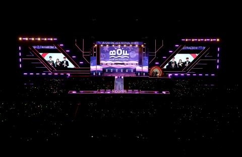 L'édition 2019 du Busan One Asia Festival (BOF) se tiendra du 19 au 25 octobre dans la belle ville de Busan. Le festival prépare des contenus améliorés afin d'offrir des expériences agréables aux visiteurs. Tout d'abord, un concert de K-POP avec un casting de stars ouvrira les festivités le 19 octobre, avec notamment AB61X, ITZY, HA SUNG WOON, KIM JAE HWAN et KIM SE JEONG qui se produiront dans un magnifique lieu où l'on peut admirer les couchers de soleil, le Hwamyung Eco Park. Le Family Park Concert marquera la fin du festival le 25. Grâce à la musique puissante, le public deviendra un et les fossés entre générations seront abolis. Stray Kids, Lovelyz et JBJ95 participeront également à la cérémonie de clôture et ont promis de se retrouver l'année prochaine pour le BOF 2020. La photo montre le spectacle de clôture de l'édition 2018 du Busan One Asia Festival. (Photo : Business Wire)