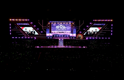 10月19日至25日,全球人的K-POP庆典釜山One Aisa庆典2019(BOF)将在靠海环山的魅力城市釜山举行。此次第四届BOF将以更精彩、更升级的内容为访问釜山的游客和粉丝们提供更多乐趣。 10月19日,阵容华丽的韩流庆典将在夕阳美如画的华明生态公园拉开序幕。届时,AB6IX、ITZY、河成云、金在奂、金世正等诸多人气歌手将出演开幕式的K-POP演唱会。而在庆典最后一天(10月25日),公园还将举行几代人欢聚一堂的家庭公园演唱会(Family Park Concert)。Stray Kids、Lovelyz、JBJ95等明星将参加此次闭幕式演唱会祝贺庆典落幕,相约BOF 2020。照片是2018釜山One Aisa庆典闭幕式.  (照片:美国商业资讯)