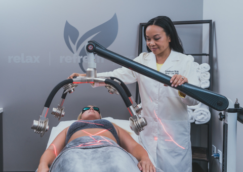 Dr. Amy Lee administers the new Zerona Z6 body contouring technology to a Lindora Clinic patient. (Photo: Business Wire)