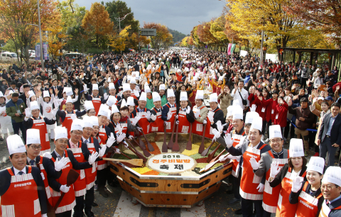 """Jeonju city hosts the 2019 Jeonju Bibimbap Festival, a fiesta of traditional Korean taste and charm. Under the slogan of """"Mixing excitingly! Enjoying deliciously!"""" the festival will be held around Jeonju from October 9 to 12. A UNESCO Creative City of Gastronomy, Jeonju is a city that boasts a well-preserved traditional Korean culture and a lot of tourist attractions. Bibimbap is white rice mixed with all sorts of vegetables, minced beef and hot pepper paste. Jeonju Bibimbap is the most popular Bibimbap both in and out of the country. The photo is an eye-catching signature ceremony of Jeonju Bibimbap Festival, a large amount of rice and other ingredients are mixed in a jumbo bowl to make Bibimbap for about 5,000 servings at a time. (Photo: Business Wire)"""