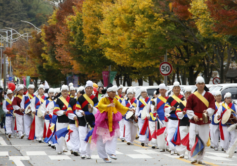 """Jeonju city hosts the 2019 Jeonju Bibimbap Festival, a fiesta of traditional Korean taste and charm. Under the slogan of """"Mixing excitingly! Enjoying deliciously!"""" the festival will be held around Jeonju from October 9 to 12. A UNESCO Creative City of Gastronomy, Jeonju is a city that boasts a well-preserved traditional Korean culture and a lot of tourist attractions. Bibimbap is white rice mixed with all sorts of vegetables, minced beef and hot pepper paste. Jeonju Bibimbap is the most popular Bibimbap both in and out of the country. Fun programs involving visitors in place include a game awarding Bibimbap ingredients to prize winners and a cooking contest. Traditional banquets and cultural performances are ready. (Photo: Business Wire)"""