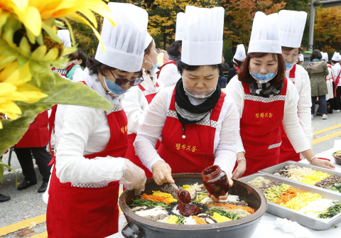 """Jeonju city hosts the 2019 Jeonju Bibimbap Festival, a fiesta of traditional Korean taste and charm. Under the slogan of """"Mixing excitingly! Enjoying deliciously!"""" the festival will be held around Jeonju from October 9 to 12. A UNESCO Creative City of Gastronomy, Jeonju is a city that boasts a well-preserved traditional Korean culture and a lot of tourist attractions. Bibimbap is white rice mixed with all sorts of vegetables, minced beef and hot pepper paste. Jeonju Bibimbap is the most popular Bibimbap both in and out of the country. Photo shows a Bibimbap cooking contest. (Photo: Business Wire)"""