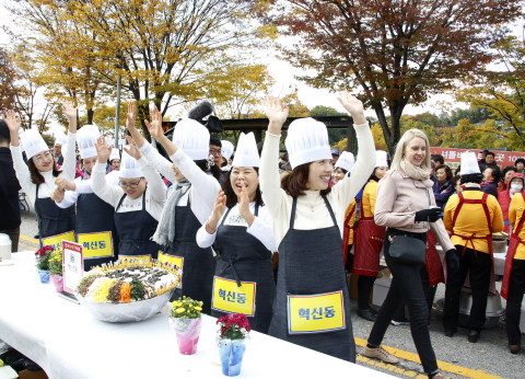 """Jeonju city hosts the 2019 Jeonju Bibimbap Festival, a fiesta of traditional Korean taste and charm. Under the slogan of """"Mixing excitingly! Enjoying deliciously!"""" the festival will be held around Jeonju from October 9 to 12. A UNESCO Creative City of Gastronomy, Jeonju is a city that boasts a well-preserved traditional Korean culture and a lot of tourist attractions. Bibimbap is white rice mixed with all sorts of vegetables, minced beef and hot pepper paste. Jeonju Bibimbap is the most popular Bibimbap both in and out of the country. Bibimbap cooking contest winners of last year. (Photo: Business Wire)"""