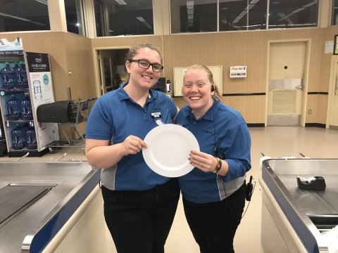 Food Lion associates participate in the #NoEmptyPlate social media campaign. As a result of the tremendous participation in the effort, Food Lion Feeds is donating 1 million meals to Feeding America and its 30 food bank partners across Food Lion's 10-state footprint. (Photo: Business Wire)