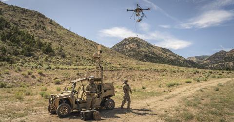 軍事などの用途において、有線ドローンは持続的な状況認識をもたらすことができます。基地や車両と接続され、持続的な電力供給とセキュリティーが確保された通信が可能です。(写真:ビジネスワイヤ)