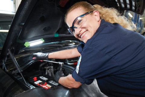 A Pep Boys ASE-certified technician changes a battery. (Photo: Business Wire)