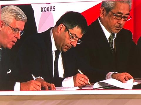 Pierre Bechelany (center), Fluor's president of Pipelines & LNG, signs contract. (Photo: Business Wire)