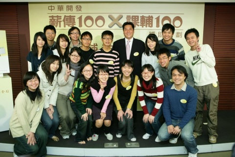 Mr. Angelo J.Y. Koo (fourth from the right in the back row) is the Chairman of the CDIB Education and Cultural Affairs Foundation. (Photo: Business Wire)
