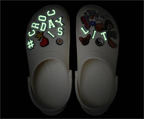 今年の限定エディションの#CrocDayクラシック・クロッグは、特選アソートメントのカスタム「#CROCDAYISLIT」ジビッツ™チャーム(一部は夜光性)で飾られます。(写真:ビジネスワイヤ)