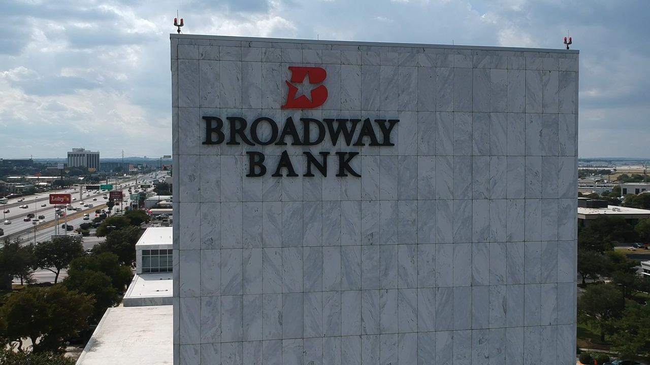Broadway Bank, a member of FHLB Dallas, was honored on October 18 with FHLB Dallas' 2019 CARE Award.