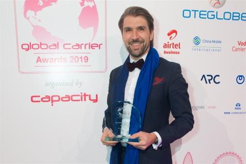 Luciano Salata recibiendo uno de los premios Capacity Media 2019 (Photo: Business Wire)