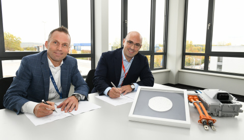 Jörg Grotendorst, Head of ZF Division E-Mobility and Cengiz Balkas, Senior Vice President and General Manager of Wolfspeed signing the partnership (Photo: ZF)