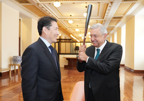 Chairman Cho Hyun-joon of Hyosung Group (left) had a meeting with President Andres Manuel Lopez Obrador of Mexico (right) on November 6, 2019 at the Presidential Palace in Mexico City to discuss ways of cooperation between the two parties, including the 'Rural ATM Project.' Chairman Cho gave a baseball bat autographed by Korean Major leaguer Shin-soo Choo of Texas Rangers as a gift to President Obrador, who is known as a big fan of baseball. (Photo: Business Wire)