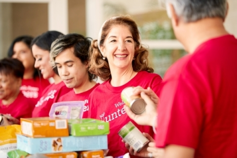 Wells Fargo team members volunteer at a local food bank (Photo: Business Wire)