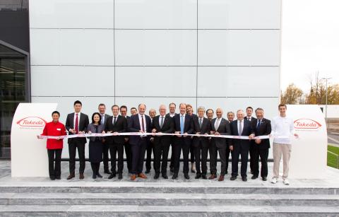 ドイツのジンゲンにおける武田薬品のデング熱ワクチン製造工場の開設記念式典に武田の上級幹部らが賓客および従業員らと共に参加(写真:ビジネスワイヤ)