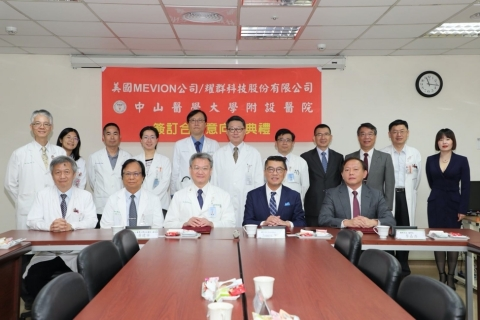 During the signing ceremony for the collaborative framework agreement, Chien-Ning Huang, M.D., Ph.D., President of Chung Shan Medical University Hospital, James Meng, Ph.D., President of Mevion Medical Systems, and Edward Lee, President of ASYS Corp. signed the agreement on behalf of the three parties. (Photo: Business Wire)