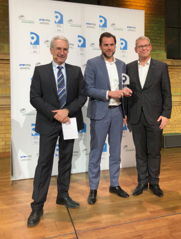 Jesper Bennike, Executive Vice President of Business Development for project44, accepts the German Telematics Prize in the Transport Logistics Ecosystem category on November 19, 2019 in Berlin. (Photo: Business Wire)