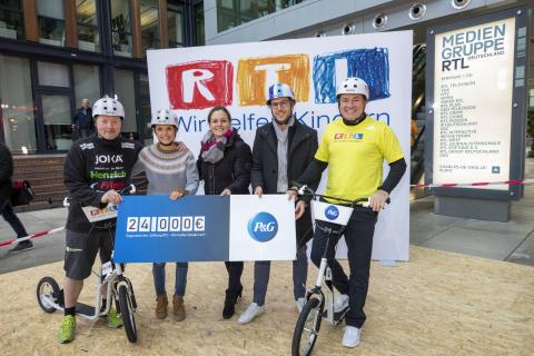 """Scheckübergabe des Firmenteams von P&G an die Stiftung """"RTL – Wir helfen Kindern e.V."""". (Photo: Business Wire)"""