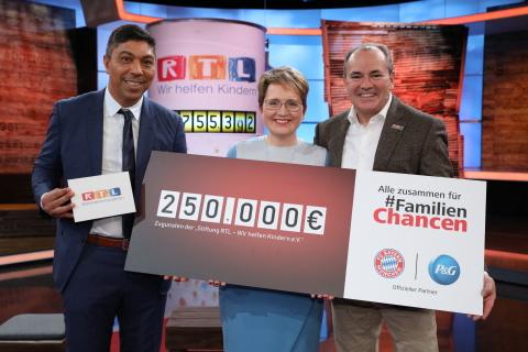 """Scheckübergabe an die Stiftung """"RTL-Wir helfen Kindern e.V."""". (Photo: Business Wire)"""