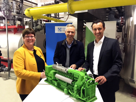 (LTR) Dr. Gerta Gerdes-Stolzke, Matthias Boxberger and Carlos Lange signing a letter of intent on the realization of a hydrogen-fueled combined heat and power plant in the 1-megawatt range in the center of Hamburg. Copyright: HanseWerk AG