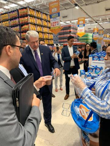 USDA Undersecretary Ted McKinney learns more about Almond Breeze in Mexico grocery stores. (Photo: Business Wire)