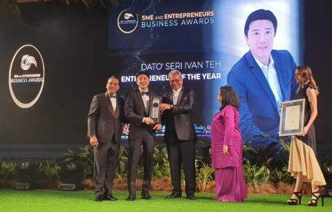 Fusionex Founder & Group CEO Dato' Seri Ivan Teh (middle) bestowed the Entrepreneur of the Year Award at the SME & Entrepreneurship Business Award (SEBA) 2019 ceremony by the Minister of Entrepreneur Development Y.B. Dato Seri Mohd Redzuan Yusof (Photo: Business Wire)